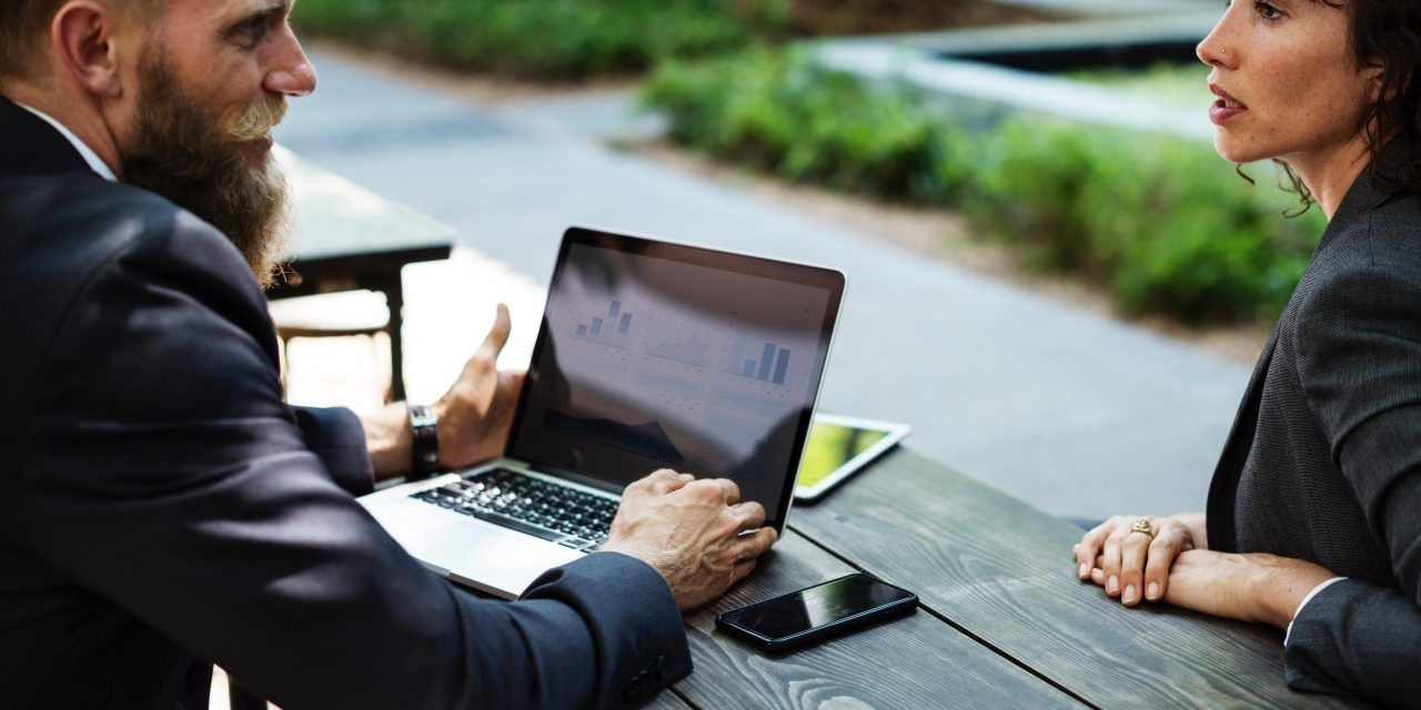Kako sodelavcem dajati potrditve na delovnem mestu?